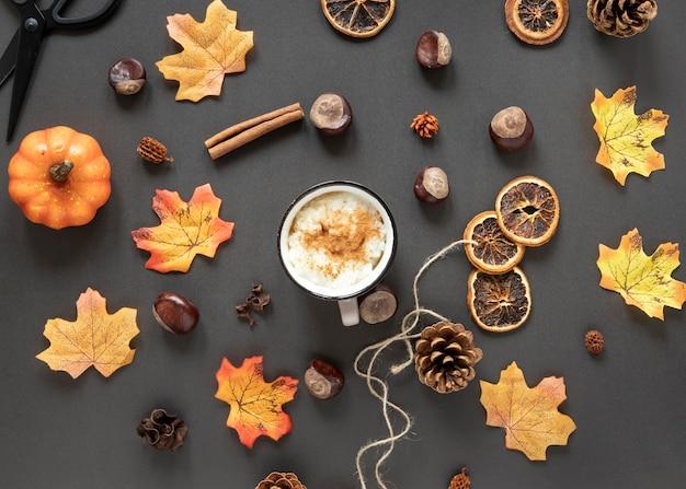 Arrangement d'automne vue de dessus sur fond gris