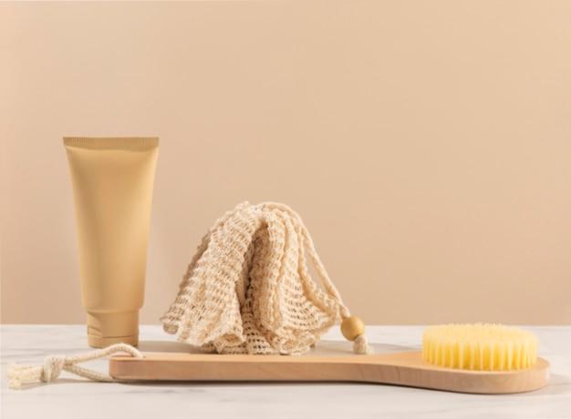 Arrangement avec bain éponge et brosse