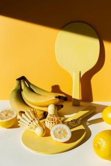 Arrangement avec des bananes et des pagaies