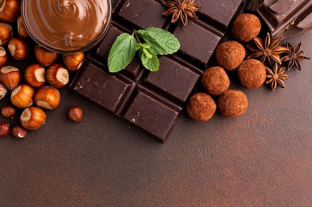 Arrangement de barre de chocolat avec des truffes