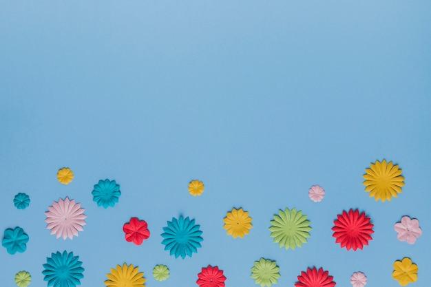 Arrangement de belle découpe de fleurs sur la texture bleu uni