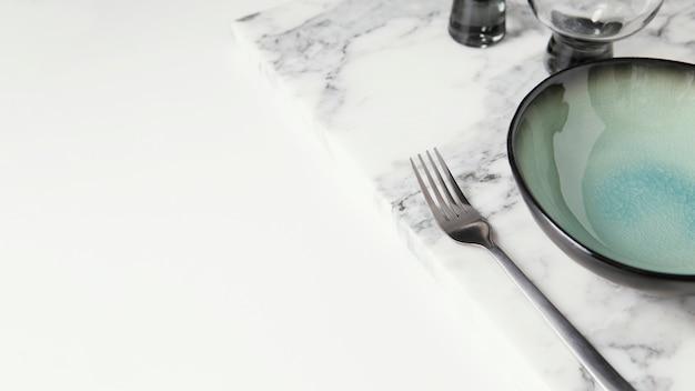 Arrangement de belle vaisselle avec espace copie