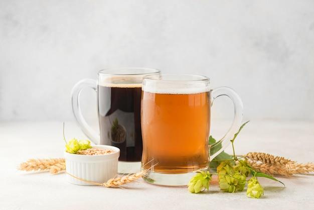 Arrangement avec bière et graines de blé