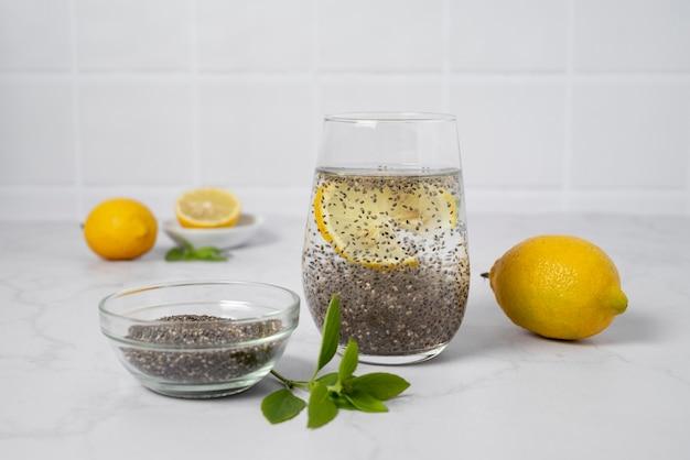 Arrangement avec boisson et citrons