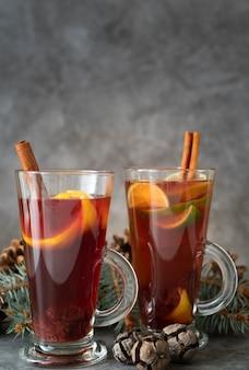 Arrangement avec boisson délicieuse et bâtons de cannelle