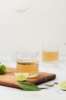 Arrangement avec boisson et planche à découper