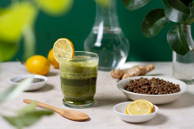 Arrangement avec boisson et tranches de citron