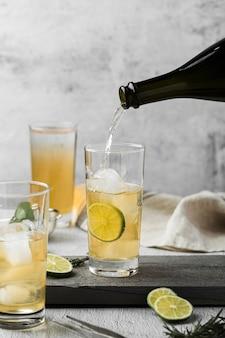 Arrangement avec boisson versant dans le verre