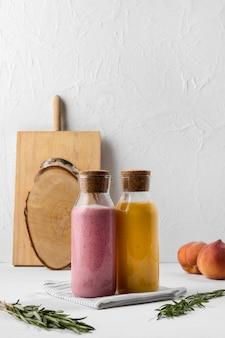Arrangement avec boissons et fruits