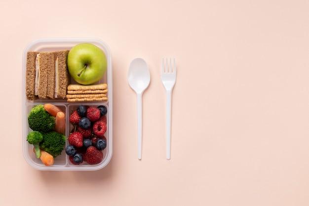 Arrangement de boîte de nourriture saine avec espace de copie