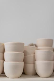 Arrangement avec des bols en argile