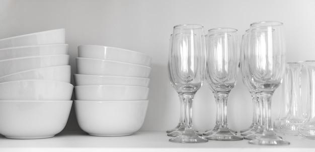 Arrangement avec bols et verres