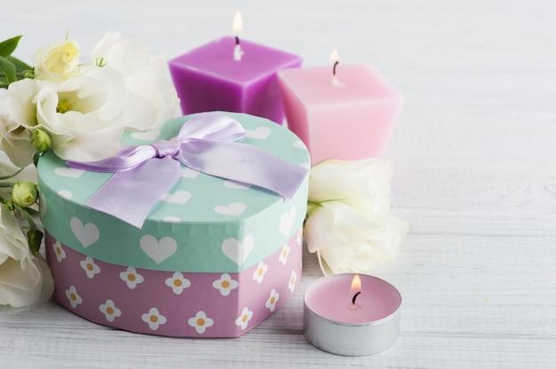 Arrangement de bougies, fleurs, coffret cadeau pastel
