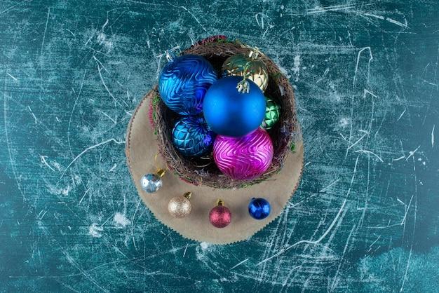 Arrangement de boules de noël sur bleu.