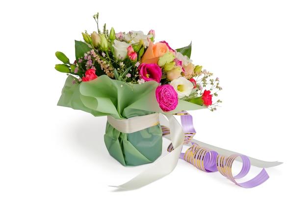 Arrangement de bouquet de fleurs colorées avec des rubans