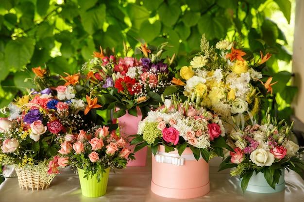 Arrangement de bouquets de fleurs fraîches