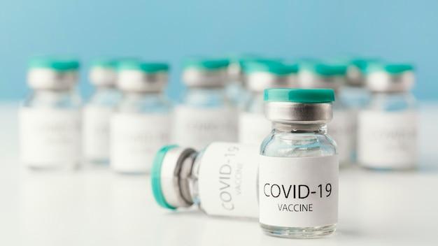 Arrangement avec bouteille de vaccin contre le coronavirus