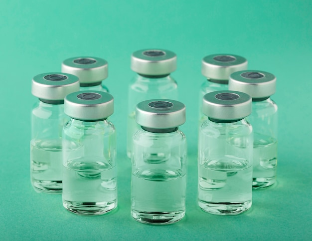 Arrangement de bouteille de vaccin sur vert