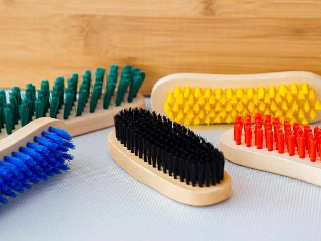 Arrangement avec des brosses en bois colorées