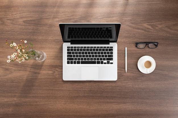 Arrangement de bureau d'affaires vue de dessus avec ordinateur portable