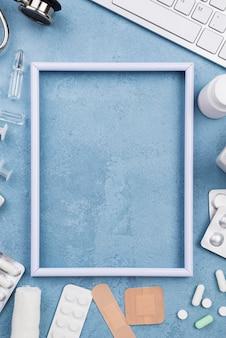 Arrangement sur bureau médical avec cadre vide