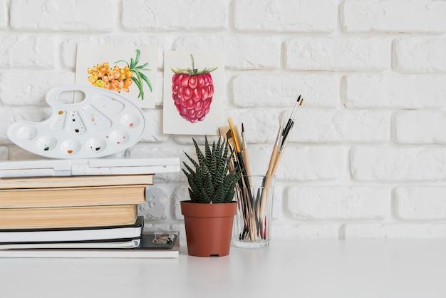 Arrangement de bureau avec plante en pot