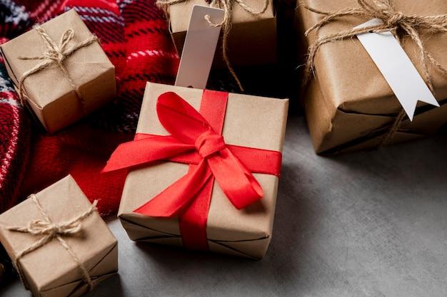 Arrangement de cadeaux emballés