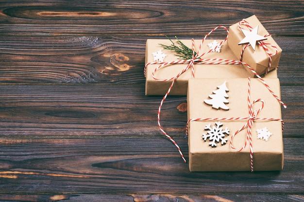 Arrangement de cadeaux de noël sur table en bois