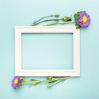 Arrangement d'un cadre d'espace de copie vide et de fleurs