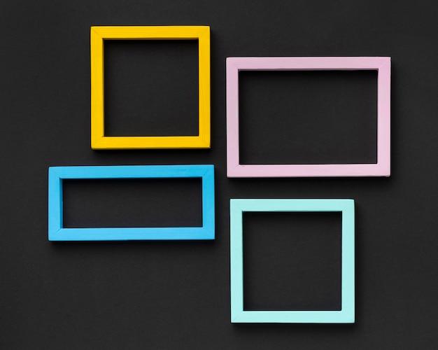 Arrangement de cadres colorés à plat