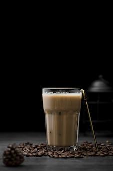 Arrangement avec café glacé et grains