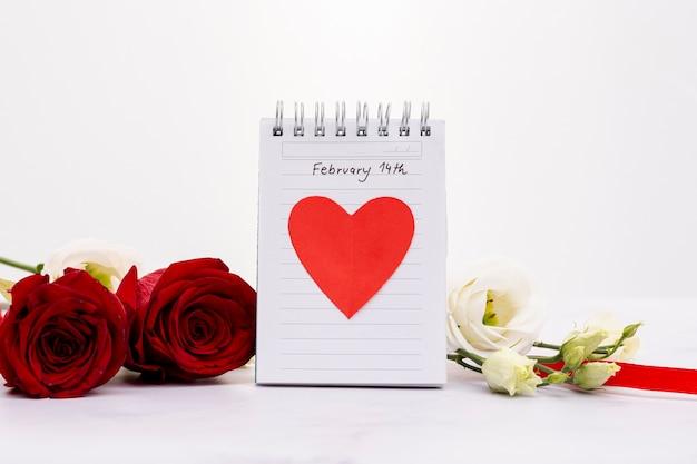 Arrangement avec un cahier et de belles fleurs