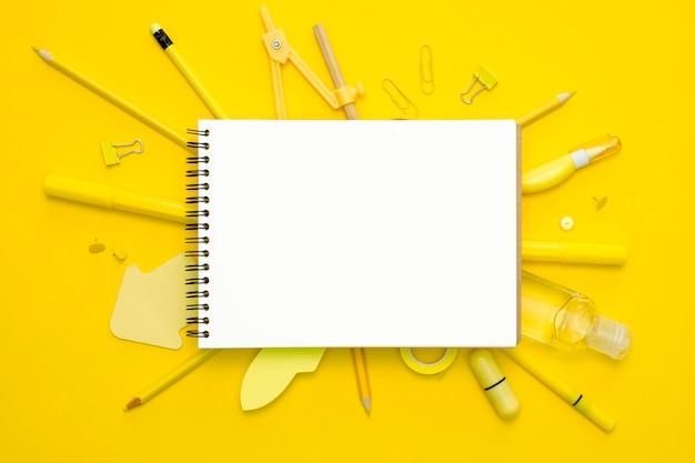 Arrangement de cahier et crayons