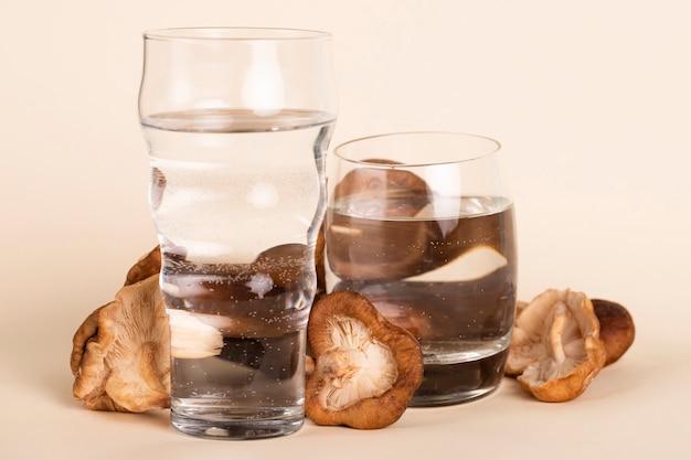 Arrangement avec des champignons frais et de l'eau