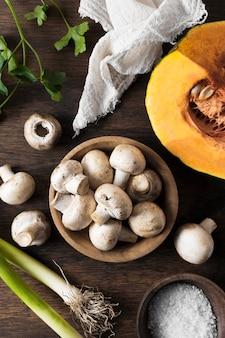 Arrangement de champignons frais à plat
