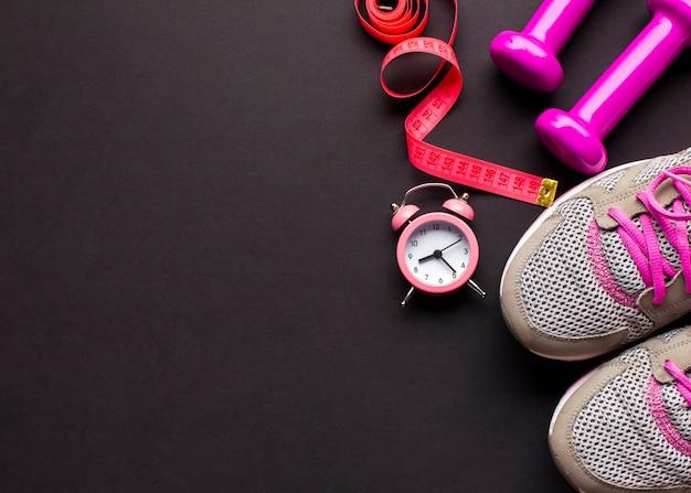Arrangement avec des chaussures de course et une horloge