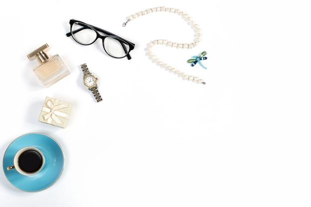 Arrangement des choses de la femme de luxe sur fond blanc, espace copie