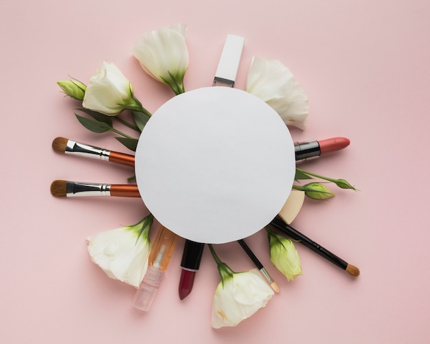 Arrangement circulaire ci-dessus avec maquillage et fleurs