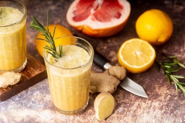 Arrangement de citron et de pamplemousse à angle élevé