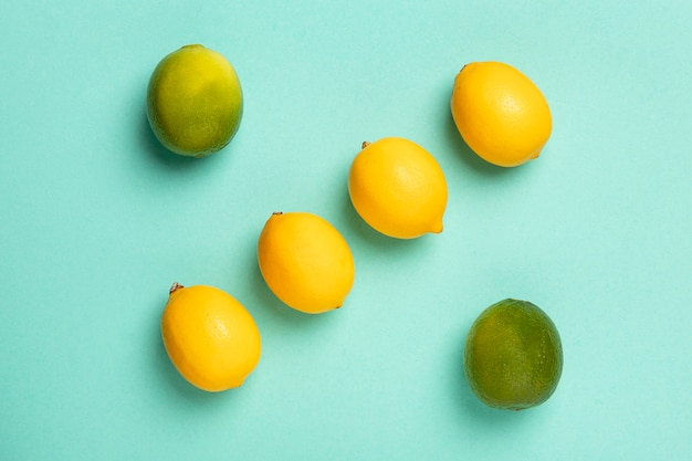 Arrangement de citron vert et citrons vue de dessus