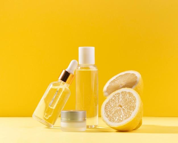 Arrangement de citrons et bouteilles