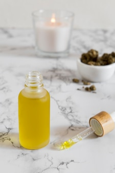 Arrangement de compte-gouttes d'huile de cbd naturel