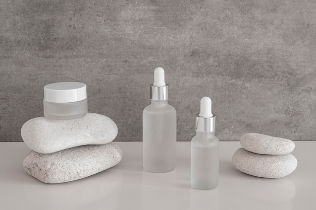 Arrangement de compte-gouttes d'huile pour la peau et de récipients de crème pour le visage