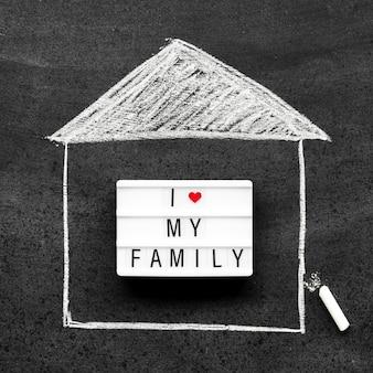 Arrangement de concept de famille de craie sur tableau noir