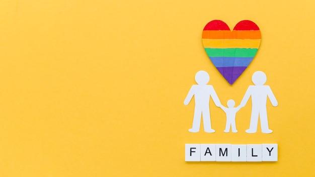 Arrangement de concept de famille lgbt sur fond jaune avec espace de copie