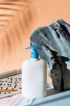 Arrangement avec contenant de savon
