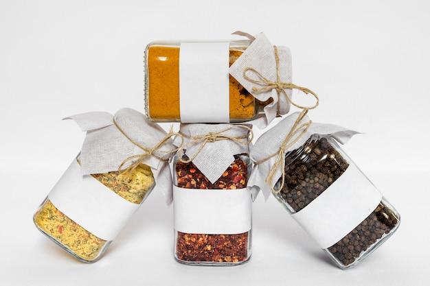 Arrangement avec des contenants de condiments