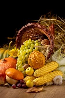 Arrangement de corne d'abondance festive avec des aliments délicieux