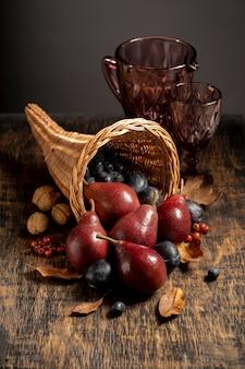 Arrangement de corne d'abondance festive avec de délicieux fruits