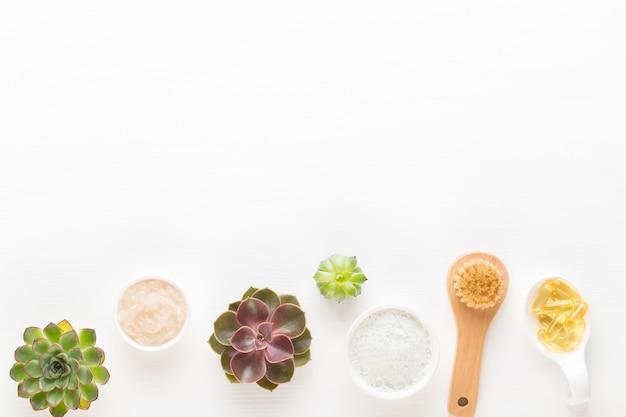 Arrangement cosmétique vert à base de plantes bio, sel de mer et cosmétique artisanale.